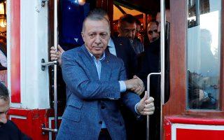 Ο Τούρκος πρόεδρος Ταγίπ Ερντογάν αποβιβάζεται από τραμ-αντίκα στην πλατεία Ταξίμ της Κωνσταντινούπολης.