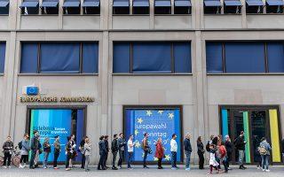 Γερμανοί ψηφοφόροι περιμένουν στην ουρά για την κάλπη σε εκλογικό κέντρο του Βερολίνου. Η υψηλή συμμετοχή ήταν ένα ενθαρρυντικό μήνυμα για τη δημοκρατική διαδικασία στην Ε.Ε.