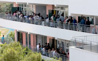 Ουρές και μεγάλη αναμονή σε πολλά εκλογικά κέντρα χθες.