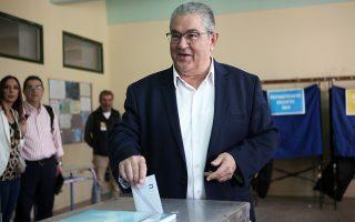 Ο Δημ. Κουτσούμπας ασκεί το εκλογικό του δικαίωμα.