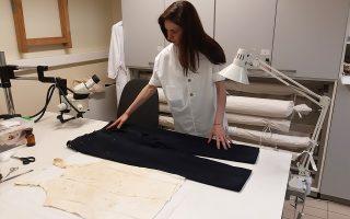 Το πουκάμισο, η φανέλα, το κοστούμι και ένα μόνο παπούτσι του Γρηγόρη Λαμπράκη, ό,τι διασώθηκε από το μοιραίο βράδυ του 1963, συντηρείται στο εργαστήριο του Βυζαντινού και Χριστιανικού Μουσείου. «Πρέπει να κρατήσουμε τα σημάδια της Ιστορίας, όπως αποτυπώθηκαν πάνω στα ρούχα», λέει η διευθύντρια του μουσείου, Κατερίνα Δελλαπόρτα.
