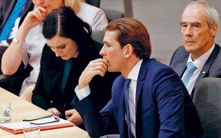 Ο Αυστριακός καγκελάριος Σεμπάστιαν Κουρτς, μαζί με υπουργούς του, κατά τη χθεσινή πρόταση δυσπιστίας εναντίον της κυβέρνησής του, που οδήγησε στο απότομο τέλος της. Θύμα του «Ιμπιζαγκέιτ», ο Κουρτς καλείται τώρα να ενισχύσει την επιρροή του στις πρόωρες εκλογές του Σεπτεμβρίου.
