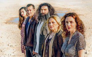Οι πέντε ηθοποιοί της θεατρικής διασκευής του Θανάση Σαράντου, ο οποίος αξιοποιεί και την παράδοση των πολυφωνικών της Ηπείρου.