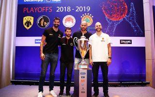 Σάκοτα, Γκίκας, Βασιλόπουλος και Καλάθης πόζαραν πίσω από το τρόπαιο του πρωταθλητή. Οι ομάδες τους αρχίζουν από αύριο τη μάχη για τον τίτλο, την ώρα που το ΑΣΕΑΔ απέρριψε την προσφυγή του Ολυμπιακού, ο οποίος προσέφυγε εκ νέου.