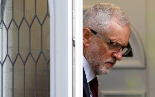 Ο ηγέτης της βρετανικής αντιπολίτευσης Τζέρεμι Κόρμπιν αναχωρεί από την οικία του μετά την ανακοίνωση των αποτελεσμάτων των ευρωεκλογών.