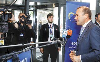 Με σύγκρουση μεταξύ της Αγκελα Μέρκελ και του Εμανουέλ Μακρόν ξεκίνησε χθες η μάχη για τη διαδοχή του Ζαν-Κλοντ Γιούνκερ στην ηγεσία της Ευρωπαϊκής Επιτροπής. Η Γερμανίδα καγκελάριος επέμεινε στο πρόσωπο του Μάνφρεντ Βέμπερ (φωτ.), ενώ ο Γάλλος πρόεδρος πρότεινε τη Μαργκρέτε Βεστάγκερ, τον Μισέλ Μπαρνιέ ή τον Φρανς Τίμερμανς.