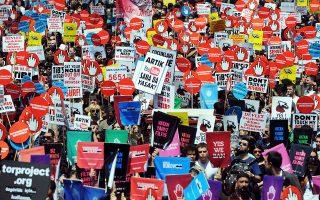 Το 2011, έπειτα από τον πρώτο νόμο διαδικτυακής λογοκρισίας του κυβερνώντος κόμματος AKP, χιλιάδες πολίτες διαμαρτυρήθηκαν στους δρόμους της Κωνσταντινούπολης.