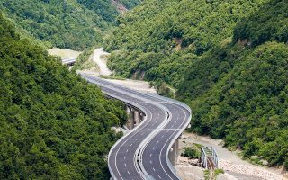 Γενική άποψη του αυτοκινητόδρομου Πρίστινας - Σκοπίων, που εγκαινιάστηκε από τον Κοσοβάρο πρόεδρο Χασίμ Θάτσι και τον πρωθυπουργό της Βόρειας Μακεδονίας, Ζόραν Ζάεφ. Μήκους 60 χλμ., η κατασκευή του στοίχισε 600 εκατ. ευρώ, ξεκίνησε τον Ιούλιο του 2014 και ολοκληρώθηκε χθες.
