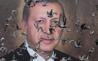 Περιστέρια πετούν μπροστά από μια γιγαντιαία αφίσα του Ταγίπ Ερντογάν στην Προύσα της βορειοδυτικής Τουρκίας.