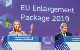 Η επικεφαλής της ευρωπαϊκής εξωτερικής πολιτικής Φεντερίκα Μογκερίνι και ο αρμόδιος επίτροπος Γιοχάνες Χαν, χθες, στις Βρυξέλλες.