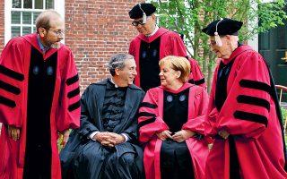 Ο πρόεδρος του Χάρβαρντ, Λόρεντς Μπάκοου (κέντρο αριστερά), και η Αγκελα Μέρκελ με την τήβεννο του επίτιμου διδάκτορος του αμερικανικού πανεπιστημίου συζητούν λίγο πριν από την ομιλία της Γερμανίδας καγκελαρίου προς τους φετινούς αποφοίτους στη Βοστώνη. Σελ. 9