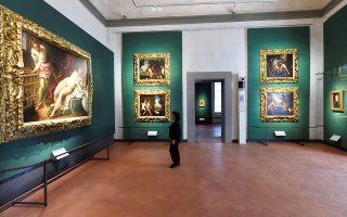 Φιλότεχνη απολαμβάνει τον πίνακα «Η Λήδα και ο κύκνος» του Γιάκοπο Τιντορέτο, που εκτίθεται σε μία από τις 14 νέες αίθουσες της Ουφίτσι στη Φλωρεντία.