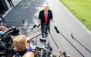 Ο Ντόναλντ Τραμπ μιλάει με εκπροσώπους του Τύπου στον κήπο του Λευκού Οίκου. Μεταξύ άλλων, κατηγόρησε τον Ρόμπερτ Μιούλερ για μεροληπτική άσκηση των καθηκόντων του.