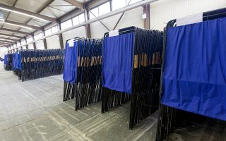 Κάλπες, παραβάν και ψηφοδέλτια συγκεντρώθηκαν από τους υπαλλήλους του δήμου Θεσσαλονίκης στο περίπτερο 4 της Διεθνούς Έκθεσης Θεσσαλονίκης, Πέμπτη 22 Ιανουαρίου 2015. 424 κάλπες, 424 σάκοι με εκλογικό υλικό και 848 παραβάν θα παραδοθούν την Παρασκευή και το Σάββατο στα εκλογικά κέντρα. ΑΠΕ ΜΠΕ/PIXEL