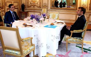 epa07606983 A handout photo made available by La Moncloa press office shows French President, Emmanuel Macron (R), dining with acting Spanish Prime Minister Pedro Sanchez (L) at Elysee Palace in Paris, France, 27 May 2019 (issued 28 May 2019). Both leaders talked about the institutional distribution of the European Union and the need of setting up an alliance to stop the far-right movement.  EPA/FERNANDO CALVO / HANDOUT HANDOUT EDITORIAL USE ONLY NO SALES HANDOUT EDITORIAL USE ONLY/NO SALES
