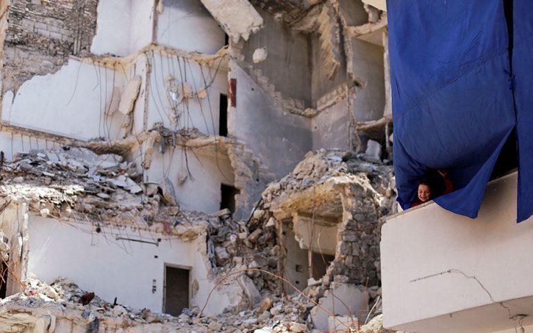 Περισσότεροι από 150.000 εκτοπισμένοι στη βορειοδυτική Συρία μετά τους αεροπορικούς βομβαρδισμούς