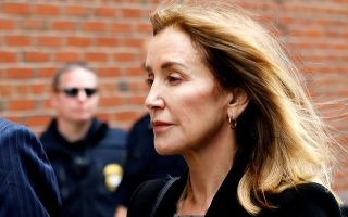 Actor Felicity Huffman arrives at the federal courthouse to face charges in a nationwide college admissions cheating scheme in Boston, Massachusetts, U.S., May 13, 2019.  REUTERS/Katherine Taylor     TPX IMAGES OF THE DAY