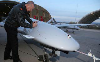 Ο Ρετζέπ Ταγίπ Ερντογάν και ο γαμπρός του Σελτζούκ Μπαϊρακτάρ κατόρθωσαν να στήσουν μια εγχώρια βιομηχανία παραγωγής UAV και drones, που πλέον ακμάζει, καθώς τα προϊόντα της δεν είναι απλώς αποτελεσματικά, αλλά και εξαγώγιμα.