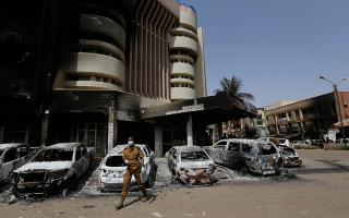 Το ξενοδοχείο Σπλέντιντ στην πόλη Ουαγκαντούγκου της Μπουρκίνα Φάσο, μετά από επίθεση τζιχαντιστών με διασυνδέσεις στην Αλ-Κάιντα, τον Ιανουάριο του 2016. (AP Photo/Sunday Alamba)