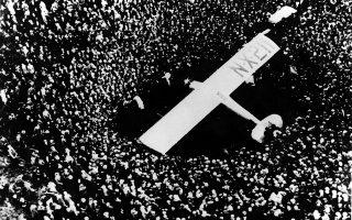 Ο 25χρονος θρυλικός Αμερικανός αεροπόρος Τσαρλς Λίντμπεργκ έχει μόλις ολοκληρώσει την πρώτη «σόλο» υπερατλαντική πτήση της ιστορίας, έχοντας προσγειωθεί κοντά στο Παρίσι μετά από μία πτήση που ξεκίνησε από το Λονγκ Άιλαντ της Νέας Υόρκης και διήρκεσε 33 και πλέον ώρες, το 1927. (AP Photo)