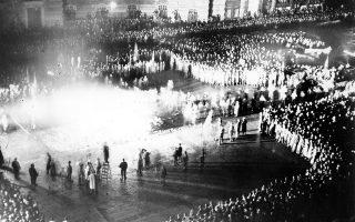 Πλήθος Γερμανών πολιτών παρακολουθεί τη ρίψη περίπου είκοσι χιλιάδων «αντιγερμανικών» βιβλίων στην πυρά από μέλη της νεολαίας του Ναζιστικού Κόμματος, στην πλατεία «Μπέμπελ Πλατς» (Πλατεία της Όπερας) του Βερολίνου, το 1933. (AP Photo)