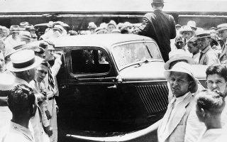 Πλήθος κόσμου έχει συγκεντρωθεί γύρω από το γεμάτο τρύπες αυτοκίνητο των Μπόνι Πάρκερ και Κλάιντ Μπάροου, του θρυλικού διαβόητου ζεύγους ληστών που μαζί με τη συμμορία του τρομοκρατούσε τις μεσοδυτικές και νότιες πολιτείες των ΗΠΑ στις αρχές της δεκαετίας του '30, λίγο μετά την αστυνομική ενέδρα που σήμανε το τέλος της εγκληματικής τους δράσης και τον θάνατο τους, στην Αρκάντια της Λουιζιάνα, το 1934. (AP Photo)