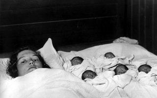 Η Ελζίρ Ντιόν ξεκουράζεται μαζί με τα πέντε νεογέννητα παιδιά της, λίγο μετά την ιστορική γέννα των πρώτων πεντάδυμων της ιστορίας που κατάφεραν να επιβιώσουν της βρεφικής τους ηλικίας, κοντά στο Κάλαντερ του Οντάριο, το 1934. (AP Photo)