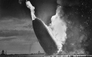 Το μεγαλύτερο αερόπλοιο της ιστορίας, το γερμανικό ζέπελιν Χίντενμπουργκ, συντρίβεται στο έδαφος, λίγο πριν ολοκληρώσει το διάρκειας τριών ημερών υπερατλαντικό του ταξίδι από τη Γερμανία, στο Νιου Τζέρσεϊ, το 1937. (AP Photo/Murray Becker)