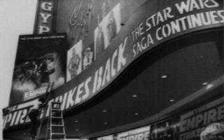 Λίγες ώρες έχουν απομείνει για τη μεγάλη μεταμεσονύχτια πρεμιέρα του δέυτερου μέρους της πρώτης τριλογίας του «Πόλεμου των Άστρων», «Η Αυτοκρατορία Αντεπιτίθεται», τρία χρόνια μετά την κυκλοφορία του «Star Wars», της μέχρι τότε μεγαλύτερης εμπορικής κινηματογραφικής επιτυχίας όλων των εποχών, σε έναν κινηματογράφο στο Λος Άντζελες, το 1980. (AP Photo/Huynh)