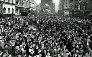 Πλήθος Αμερικανών πολιτών έχει ξεχυθεί στους δρόμους της Νέας Υόρκης, κατακλύζοντας την Τάιμς Σκουέαρ του Μανχάταν, για να πανηγυρίσει την άνευ όρων παράδοση του Τρίτου Ράιχ και το τέλος του πολέμου στην Ευρώπη, το 1945. (AP Photo/Tom Fitzsimmons)