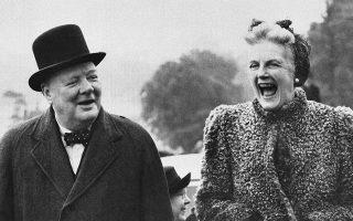 Η σύζυγος του Βρετανού πρωθυπουργού και θριαμβευτή του Β' Παγκοσμίου Πολέμου Ουίνστον Τσόρτσιλ, Κλεμεντάιν, γελάει με την ψυχή της, καθώς ο άντρας της λέει κάποιο από τα χαρακτηριστικά καυστικά του αστεία, για τα οποία είναι τόσο φημισμένος, κατά τη διάρκεια της προεκλογικής του εκστρατείας, το 1945. (AP Photo)