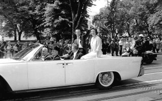 Ο πρωτοπόρος Αμερικανός αστροναύτης Άλαν Σέπαρντ και η σύζυγος του, Λουίζ Σέπαρντ, χαιρετούν το μαζεμένο πλήθος κατά την έξοδο τους από τον Λευκό Οίκο, όπου ο Αμερικανός πρόεδρος Τζον Φιτζέραλντ Κένεντι τίμησε τον αστροναύτη με το Μετάλλιο Διακεκριμένης Υπηρεσίας της ΝΑΣΑ, καθώς πριν από μόλις τρεις μέρες έγινε ο πρώτος Αμερικανός που ταξίδευσε στο διάστημα, το 1961. (AP Photo)