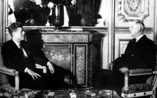 Ο Αμερικανός πρόεδρος Τζον Φιτζέραλντ Κένεντι και ο Γάλλος ομόλογος του Σαρλ Ντε Γκωλ συνομιλούν μετά την ολοκλήρωση του επίσημου γεύματος που έδωσε η γαλλική προεδρία προς τιμήν του προέδρου των ΗΠΑ, κατά τη διάρκεια της επίσκεψης του στη Γαλλία, το 1961. (AP Photo)