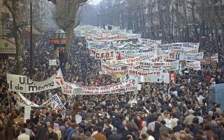 Το κλίμα αναβρασμού που έχει συνεπάρει το Παρίσι από τις πρώτες μέρες του Μαΐου συνεχίζεται με αμείωτη ένταση, με τα εργατικά συνδικάτα να κηρύττουν γενική απεργία, για να εκφράσουν τη στήριξη τους στο φοιτητικό κίνημα και να καταγγείλουν την κρατική καταστολή και την αστυνομική βία, το 1968. (AP Photo/Eustache Cardenas)