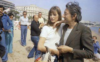 Ένα από τα πιο πολυσυζητημένα ζευγάρια της ευρωπαϊκής σόου μπιζ κατά τη δεκαετία του '70, η Βρετανίδα ηθοποιός και τραγουδίστρια Τζέιν Μπίρκιν και ο Γάλλος τραγουδοποιός και τραγουδιστής Σερζ Γκένσμπουργκ, τραβά πάνω του τα φώτα της δημοσιότητας κατά τη διάρκεια του Διεθνούς Φεστιβάλ Κινηματογράφου των Καννών, το 1974. (AP Photo/Jean Jacques Levy)
