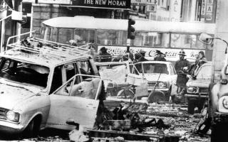 Τρεις βόμβες εκρήγνυνται η μία μετά την άλλη στην καρδιά του Δουβλίνου, προκαλώντας τον θάνατο 33 πολιτών, στην πλειοψηφία τους γυναικών, στην φονικότερη επίθεση των «Ταραχών», της σεχταριστικής σύγκρουσης Καθολικών - Προτεσταντών στη Βόρεια Ιρλανδία από τα τέλη της δεκαετίας του '60 μέχρι τα τέλη της δεκαετίας του '90, το 1974. (AP Photo/Peter Winterbach)