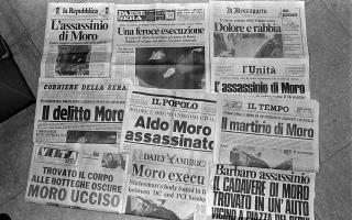 Τα πρωτοσελίδα του ιταλικού Τύπου την επομένη της δολοφονίας του πρώην Ιταλού πρωθυπουργού, Άλντο Μόρο, ο οποίος δολοφονήθηκε από τις Ερυθρές Ταξιαρχίες στις 9 Μαΐου του 1978. (AP Photo)