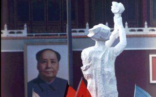 Η «Θεά της Δημοκρατίας», έργο των φοιτητών της κινεζικής Κεντρικής Ακαδημίας Καλών Τεχνών, το οποίο δημιουργήθηκε στα πρότυπα του Αγάλματος της Ελευθερίας, στέκεται αντικριστή με το πορτρέτο του ιδρυτή της Λαϊκής Δημοκρατίας της Κίνας, Μάο Τσετούνγκ, σε μία συμβολική αναμέτρηση του ολοκληρωτισμού με τη δημοκρατία, κατά τη διάρκεια των τελευταίων ημερών της φοιτητικής εξέγερσης της πλατείας Τιενανμέν, στο Πεκίνο, το 1989. (AP Photo/Jeff Widener)