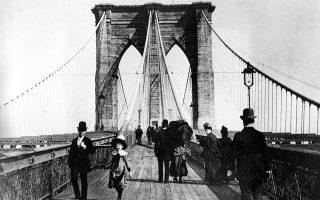 Μετά από 13 χρόνια εργασιών, ένα από τα σύμβολα της Νέας Υόρκης και των Ηνωμένων Πολιτειών, η Γέφυρα του Μπρούκλιν, o συνδετικός κρίκος του Μανχάταν και του Μπρούκλιν πάνω από τον ποταμό East River, είναι πλέον ανοιχτή για χρήση στους πολίτες, το 1883. (AP Photo)