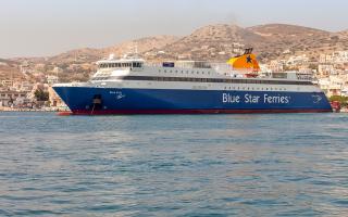 ston-peiraia-epistrefei-to-blue-star-paros-logo-michanikis-vlavis0
