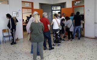 Πολίτες περιμένουν στην ουρά για να ασκήσουν το εκλογικό  τους δικαίωμα για τις Δημοτικές, Περιφερειακές και Ευρωπαϊκές Εκλογές,  Αθήνα, Κυριακή 26  Μαΐου 2019. Οι Ελληνες πολίτες ψηφίζουν για την εκλογή των αντιπροσώπων τους στο Ευρωπαϊκό Κοινοβούλιο και στην Τοπική Αυτοδιοίκηση. ΑΠΕ-ΜΠΕ/ΑΠΕ-ΜΠΕ/ΑΛΕΞΑΝΔΡΟΣ ΒΛΑΧΟΣ