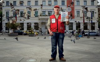 Ο Μιχάλης Σαμόλης είναι πωλητής της «Σχεδίας». Φωτογραφίες: Βαγγέλης Ζαβός