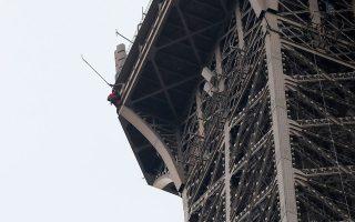 Διασώστης σκαρφαλώνει στον πύργο του Αϊφελ. (AP Photo/Michel Euler)