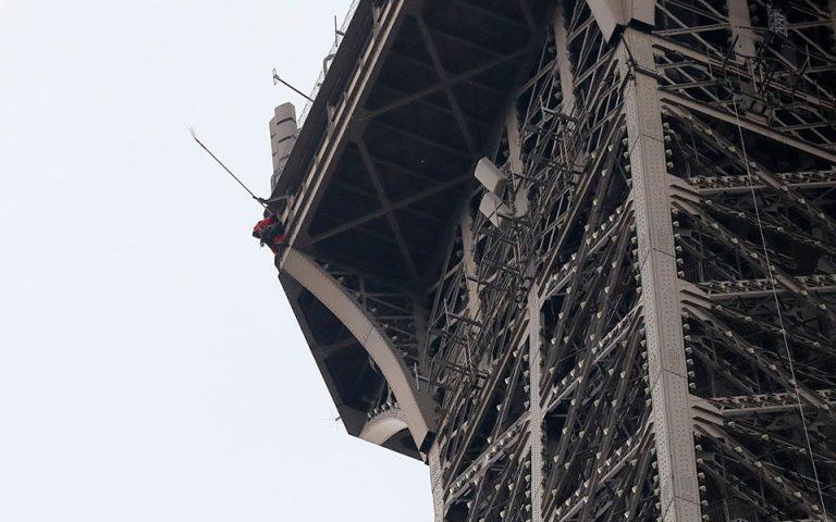 Εκκενώθηκε ο πύργος του Αϊφελ – Ανδρας προσπάθησε να σκαρφαλώσει στο μνημείο (βίντεο)