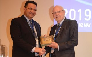 Ο αποχωρούντας πρόεδρος της IFIAR Brian Hunt (Δ) απονέμει τιμητική πλακέτα στον Α' Αντιπρόεδρο της ΕΛΤΕ, Παναγιώτη Γιαννόπουλο.