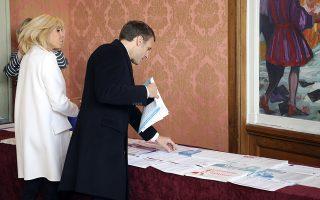Ο Γάλλος πρόεδρος Εμανουέλ Μακρόν και η σύζυγός του Μπριζίτ ετοιμάζονται να ψηφίσουν σε εκλογικό κέντρο στο Le Touquet