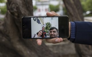 Ενα από τα ντοκουμέντα που επικαλείται ο Ιχσάν Ερντογάν για την παρουσία της αδελφής του Αϊσέ, στην Ελλάδα, είναι η φωτογραφία που του έστειλε η ίδια, στην οποία εικονίζεται μαζί με δύο συμπατριώτες της έξω από τα ΚΕΠ της Νέας Βύσσας. (Φωτογραφία: Αλεξία Τσαγκάρη)