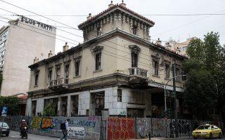 Εδώ και επτά χρόνια η πρόσοψη παραμένει κατεστραμμένη. Οι αίθουσες σε άριστη κατάσταση, εκτός λειτουργίας. Η πόλη ακρωτηριασμένη. (Φωτογραφίες: Αλεξία Τσαγκάρη)
