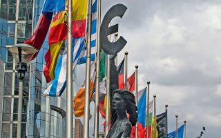 Οι σημαίες των κρατών-μελών της Ε.Ε. έξω από το Ευρωκοινοβούλιο στις Βρυξέλλες. «Η παρούσα Ευρώπη είναι η καλύτερη δυνατή. Προκαλώ τον  οιονδήποτε να επισημάνει μια ιστορική συγκυρία, στην οποία η πλειονότητα του πληθυσμού της ζούσε σε καλύτερες συνθήκες».