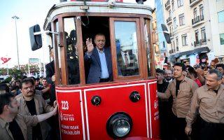 Ο Τούρκος πρόεδρος χαιρετά τους πολίτες ανεβασμένος σε παραδοσιακό τραμ στην Κωνσταντινούπολη. Εκμεταλλεύεται κάθε ευκαιρία που θεωρεί ότι θα τον βοηθήσει επικοινωνιακά.